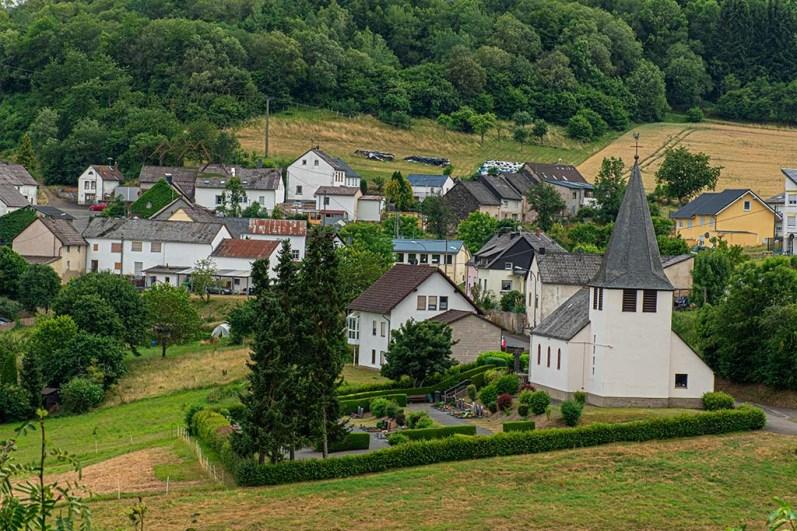 Kirche von Trittscheid-Der Eifelsteig und die Maare