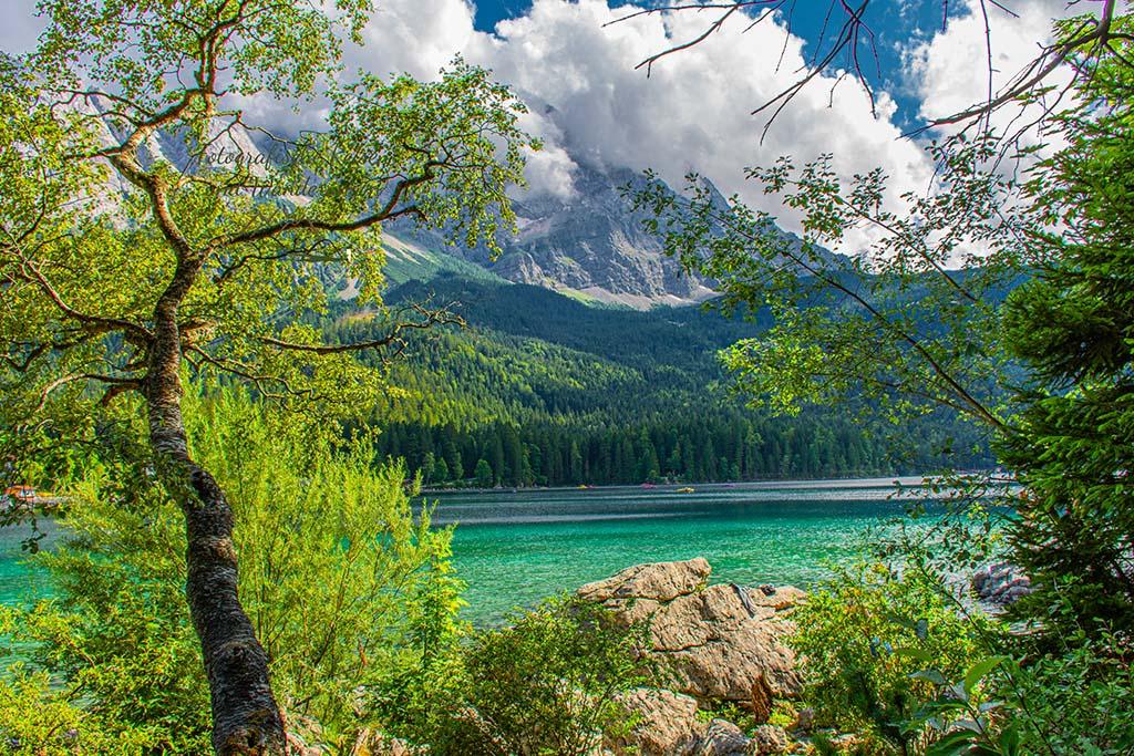 Blick auf den Eibsee- Wanderbloggerin auf der Zugspitze
