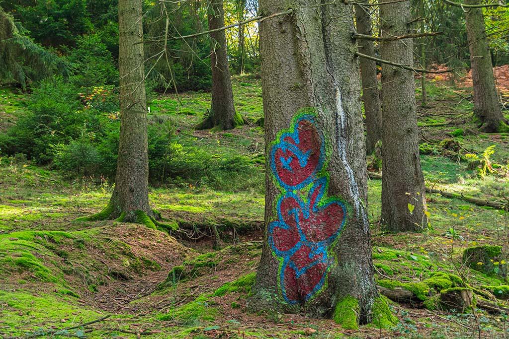 Bunt bemalter Baum