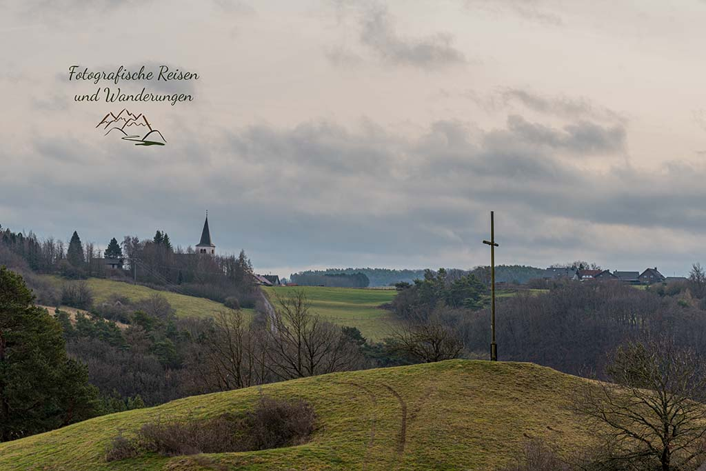BLick auf Weyer über das Gipfelkreuz Eulenberg hinweg