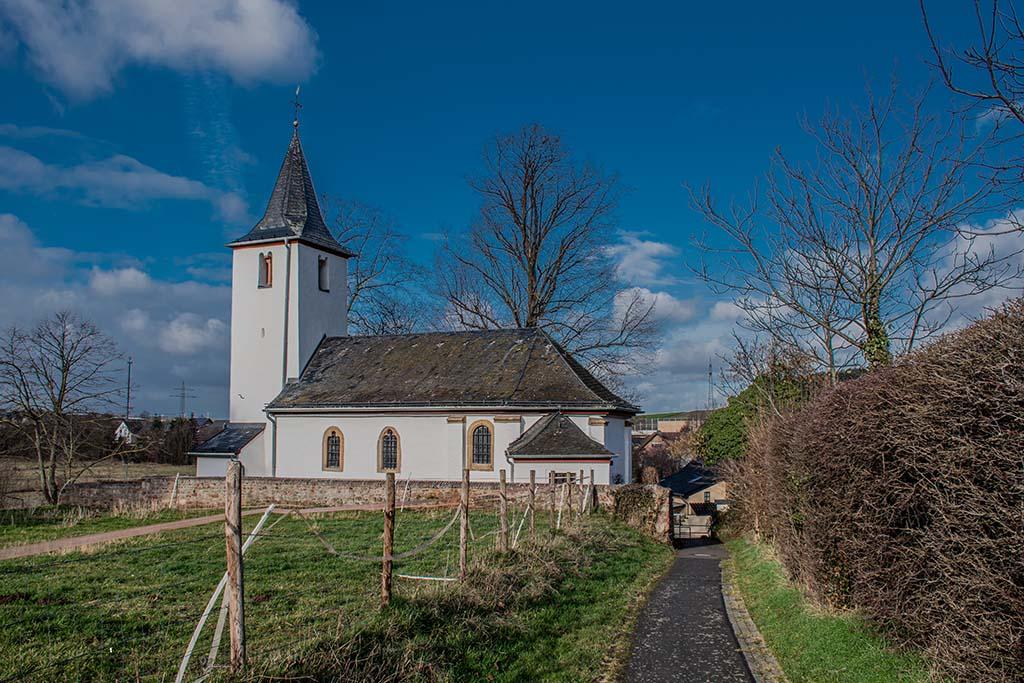 Blick zurück auf die St. Agatha. Sie ist eine römisch-katholische Kapelle in Schaven