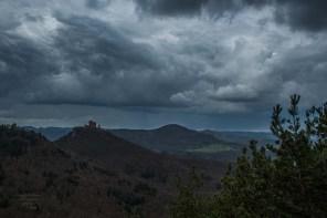 Wolkenkraft über der Trifelsgruppe