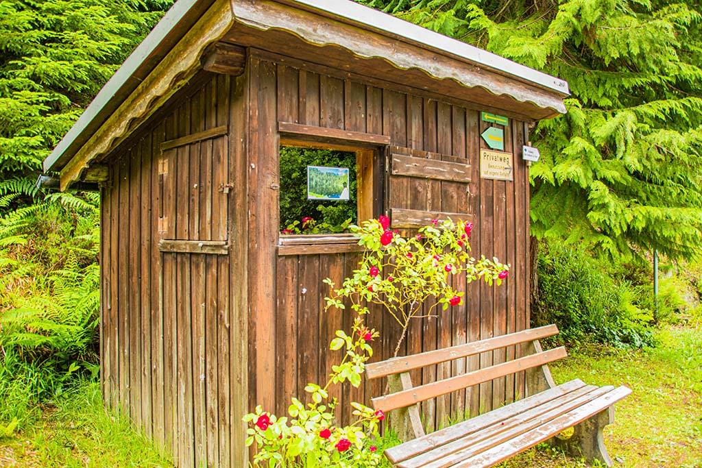 Häuschen am Parkplatz Glaswaldsee