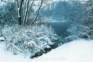 kleiner verschneiter See
