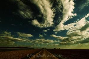 Wolkenspiel über Landstrasse