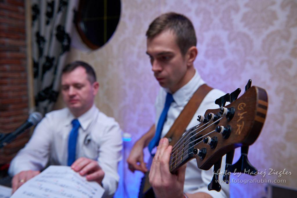 Zespół na wesele - ostrość na gryf basisty