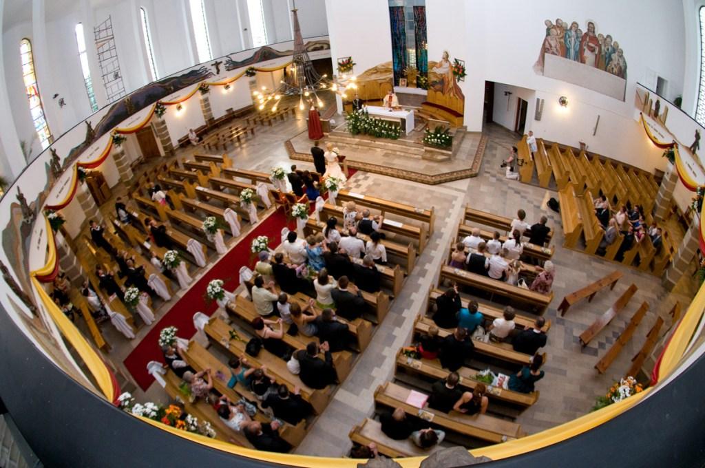 Zdjęcie kościoła z chóru podczas ceromoni Ślubnej