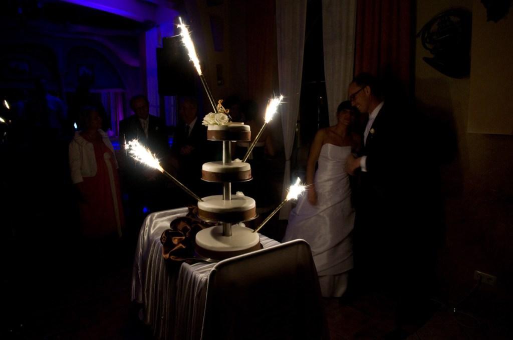 Zdjęcie tortu weselnego bez użycia lamp błyskowych