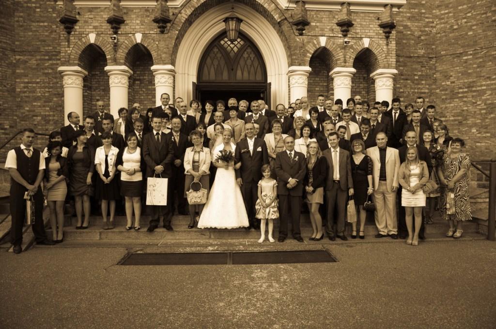 Wspólne zdjęcie po wyjściu z kościoła.