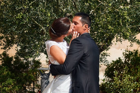 Pareja de recién casados besándose en los jardines de la ermita de Arroniz