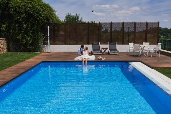 Pareja de novios posando al borde de la piscina en Arnedo (La Rioja)