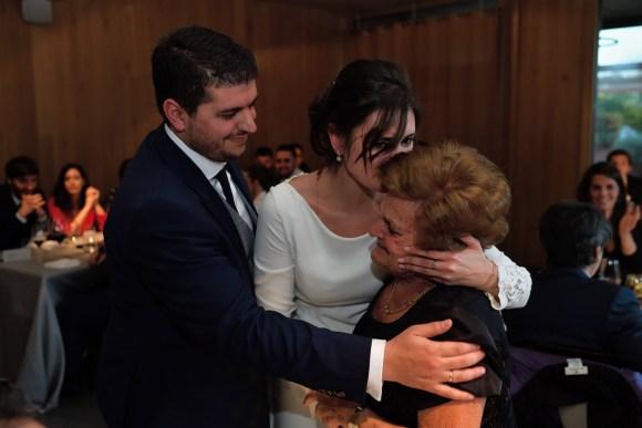 Novia besando a su abuela en el banquete