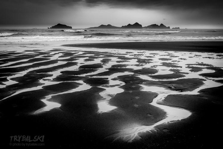 Czarne plaże naprzeciwko wysp Vestmannaeyjar, u wybrzeża Islandii. Zawsze wpadam tu z warsztatową ekipą i zawsze z odrobiną nieśmiałości. Czy będzie coś ciekawego na tym czarnym pustkowiu. Zawsze jest.