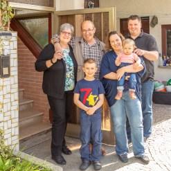 2020_04_15_portraet_vor_der_haustuer_familie_fajfar-4
