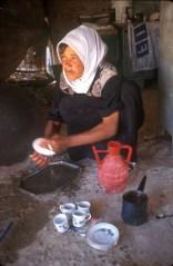 Israel, desierto del Negev, joven, Joven beduina, prepara un té a la menta