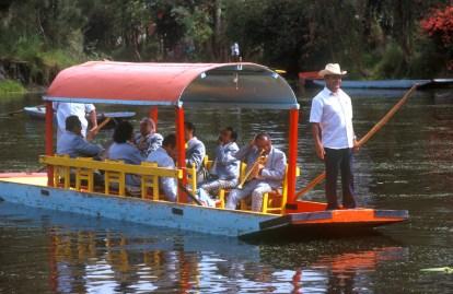 México, DF, canales de Xochimilco, barcas de paseo, músicos, transporte