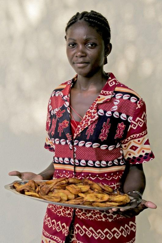 Camerún, Kribi, La Marmite de Mole, una bandeja con ricos platino frito, retrato