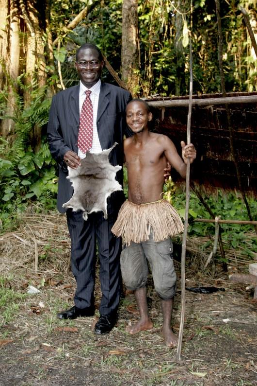 Camerún, Kribi, rey Pigmeo Kukuma y Sr. Meza M'akame,retrato