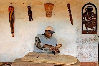 Camerún, Foumban, calle de Artesanos, madera