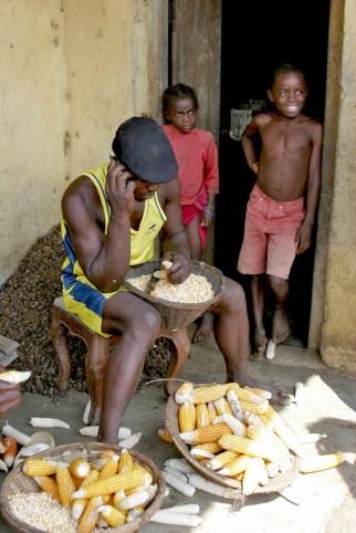 Camerún, Melong, desgranar el maíz