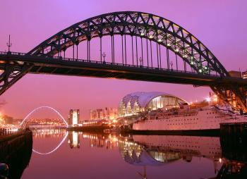 Reino Unido, Newcastle, Gateshead, Río Tyne, Puente Tyne, Noche