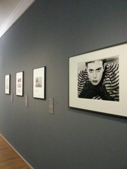 Ausdrucksstarke Porträts, Architektur und Freizeitaufnahmen sind auf drei Etagen zu sehen. Foto: Annica Müllenberg, © Eva Besnyö