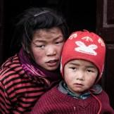Foto tomada en un pueblo cerca de Jomsom, en el lejano Mustang, a 3000 metros de altura. Estar en el pueblo fue como haber retrocedido en el tiempo. La niña no tendría ni 10 años, pero se comportaba cuidando a su hermano pequeño como una verdadera madre.