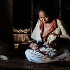 Tuvimos la suerte de poder presenciar uno de los últimos partos en una choza que tendrán lugar en Indonesia. El oficio de matrona ha pasado de madres a hijas en la isla de Timor Occidental desde hace cientos de años, pero el gobierno está poco a poco eliminando esta práctica. - Niki Niki, Timor Occidental, Indonesia.