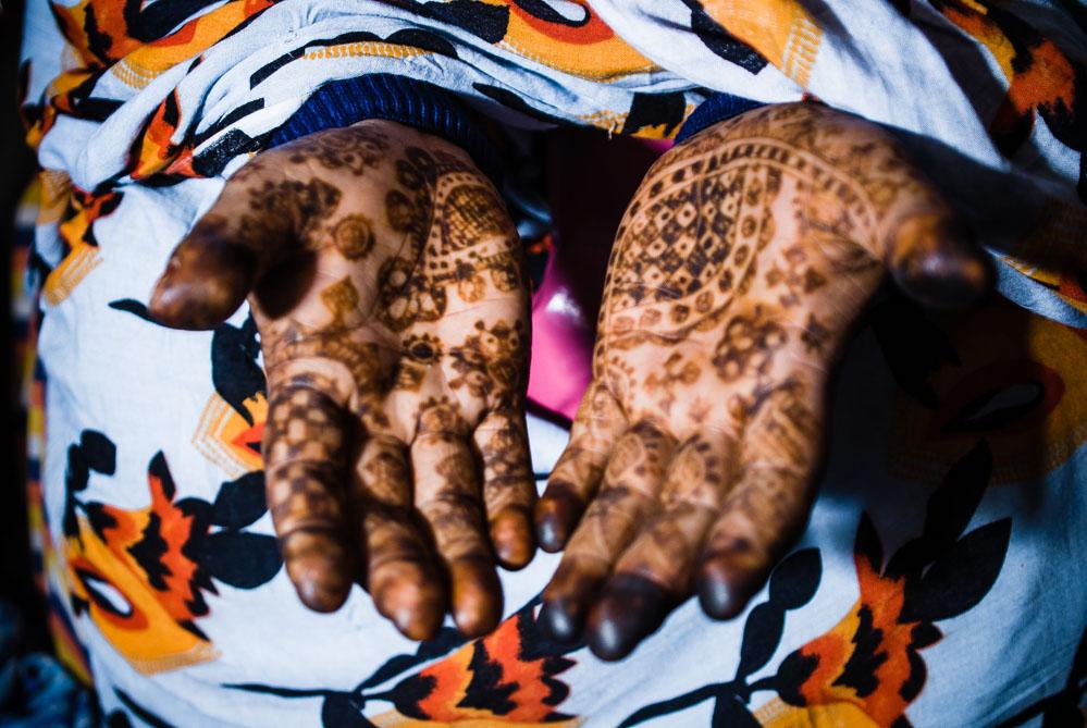 Durante uno de nuestros viajes a los campamentos saharauis nos invitaron a una boda, donde las mujeres visten sus mejores galas y se adornan el cuerpo con henna.