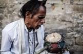 Músico callejero en Haridwar, La India.