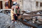 Niños nepalís improvisando un columpio en una obra. - Jomsom, Mustang, Nepal.