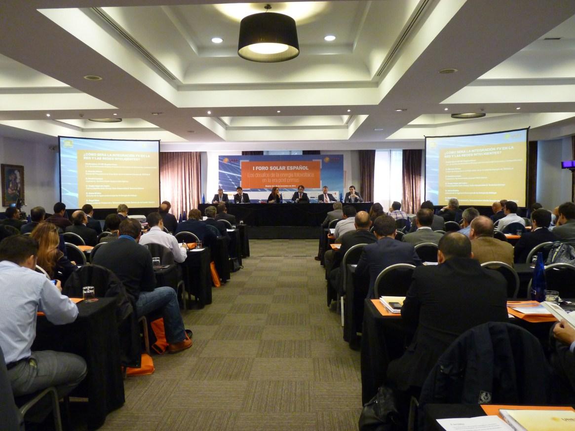 Mesa ¿Cómo será la integración de la fotovoltaica en la red y las redes inteligentes? que contó con la participación de miembros de Fotoplat
