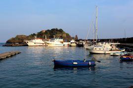 Port i marina w Aci Trezza
