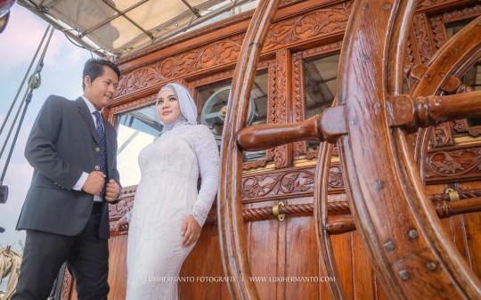 foto prewedding muslimah di kapal KRI Dewaruci