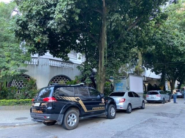 PF cumpre mandado na Lagoa, na Zona Sul do Rio — Foto: Diego Haidar/TV Globo