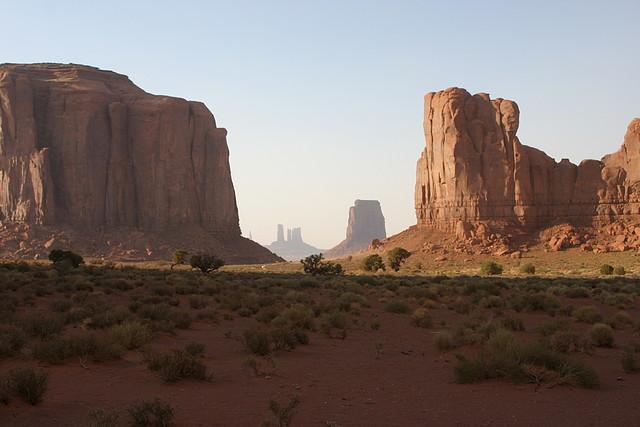 Pradera y formaciones rocosas del Monument Valley