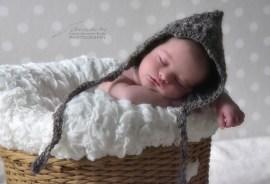 piccolo elfo fa la nanna.
