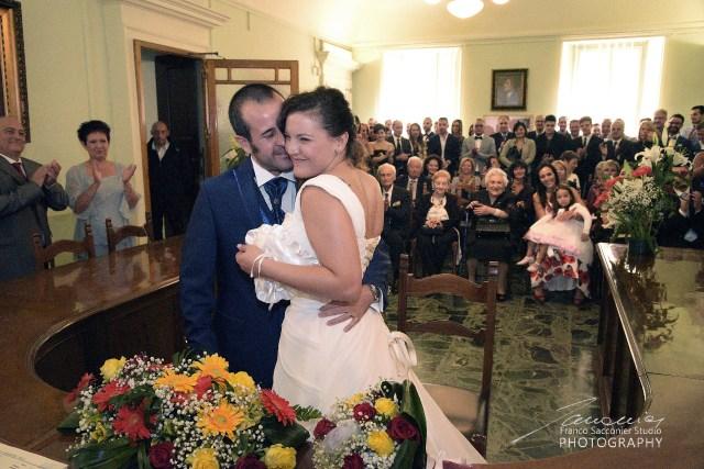 Lucia e Max, l'abbraccio dopo il matrimonio. Fotografia di Franco Sacconier #fotografodimatrimonio