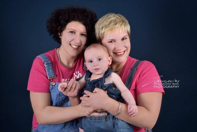 Abbracciamoci forte, siamo insieme! Gruppo di famiglia in rosa #famigliarcobaleno #fotografofamiglie