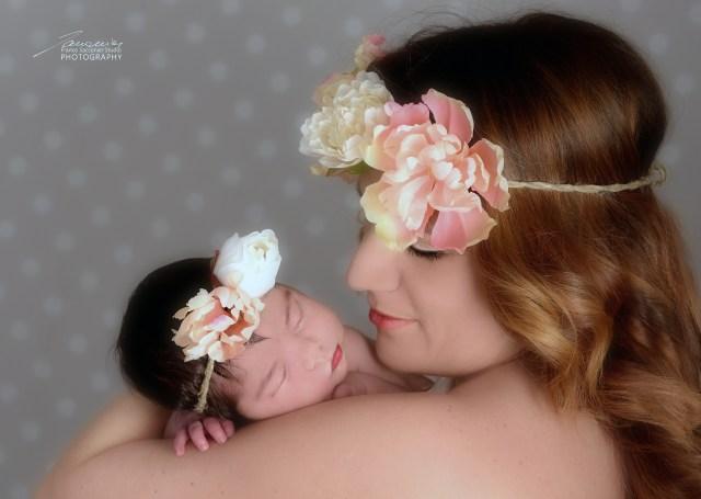 La dolce Irene in braccio alla sua mamma. Fotografie di neonati in studio. Newborn in studio. #newbornphotographer #fotografoneonati #fotografobimbi
