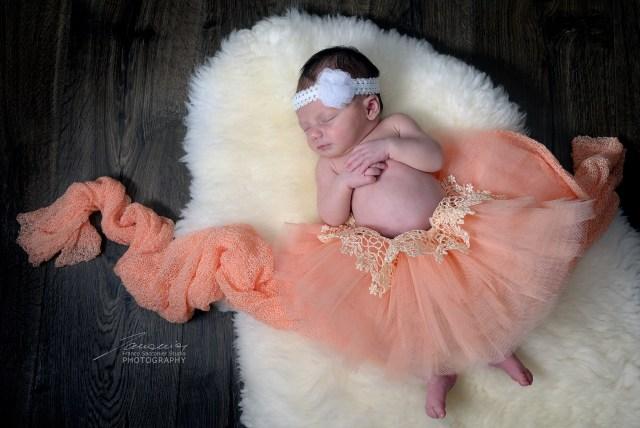 Sogni sulle punte, per questa piccolina. Avrà preso da mamma? Fotografo neonati in studio. Foto newborn, appena nati, solo nei primi giorni. #newbornphotographer #fotografoneonati #fotografoasangiorgiocanavese