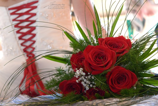 Fiori per Matrimoni. Rose rosse come il nastro che lega il vestito. #addobbifloreali #foglieefiori