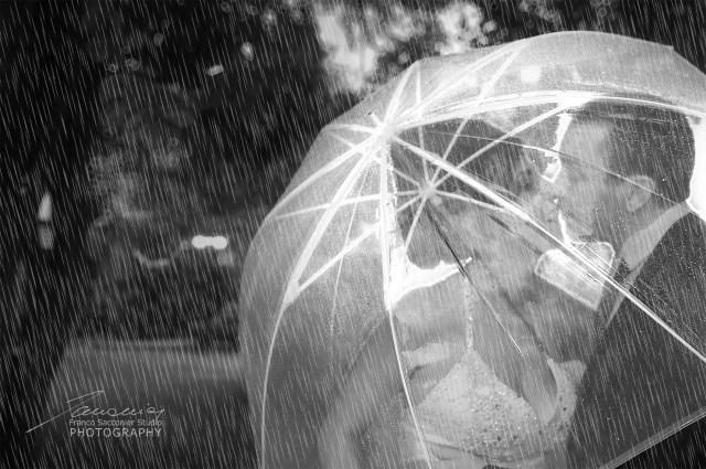 """Anche un ombrello trasparente, puo essere molto utile, per """"sorprendere"""" gli sposi in precaria intimità, nel parco, sotto la pioggia. #matrimoniosottolapioggia"""