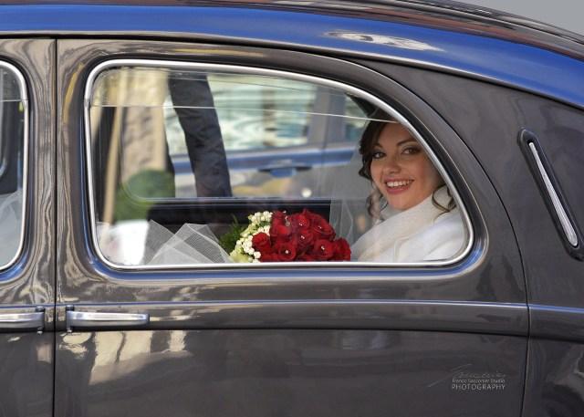 La sposa è giunta davanti alla chiesa. Lo sposo è già all'nterno che l'attende. Cresce il livello delle emozioni... #fotografomatrimoni