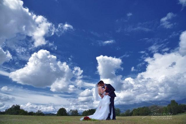 Fotografo Matrimoni. Il cielo è in festa insieme a noi. Anche le nuvole danzano, sospinte dal vento #fotografodimatrimonio #laprateria