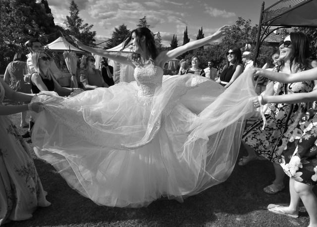 Fotografo Matrimoni. Siamo nel pieno della festa. Linda e le sue amiche, in un ballo sfrenato. #locationnozze #fotografomatrimoni