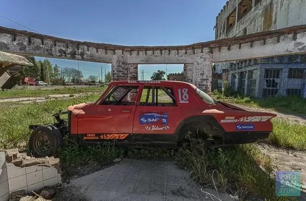 Fotografía de auto abandonado en la provincia de Buenos Aires