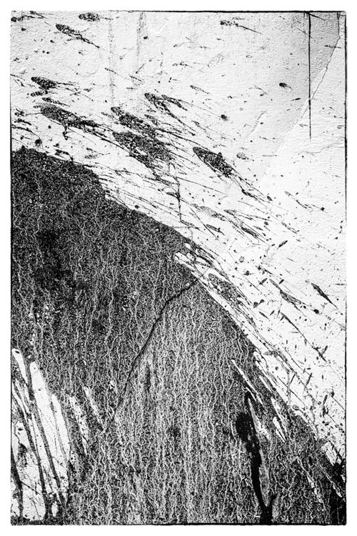 pared quebrada salpicada de lodo.