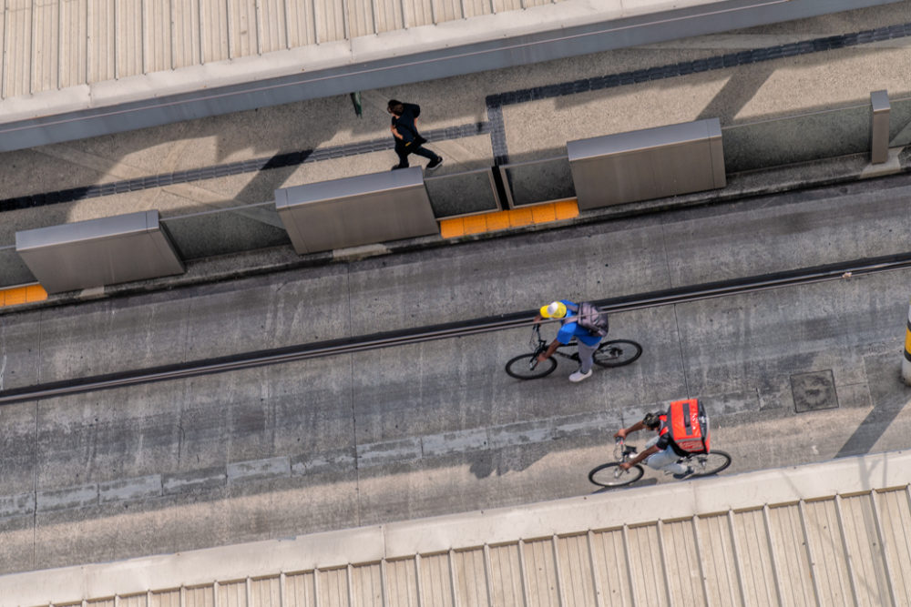 ciclists y peaton sobre vias del tranvia en ayacucho