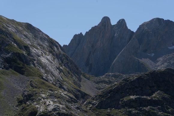 Vista desde abajo de las montañas del Pirineo Aragonés que sus cumbres son redondeadas y parecidas